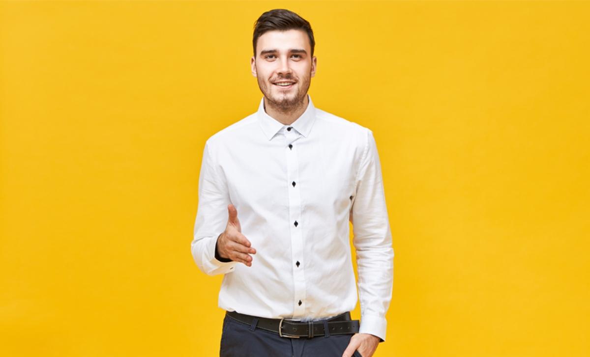 Cum este mai indicat să porți cămașa: băgată în pantaloni sau în afara lor?
